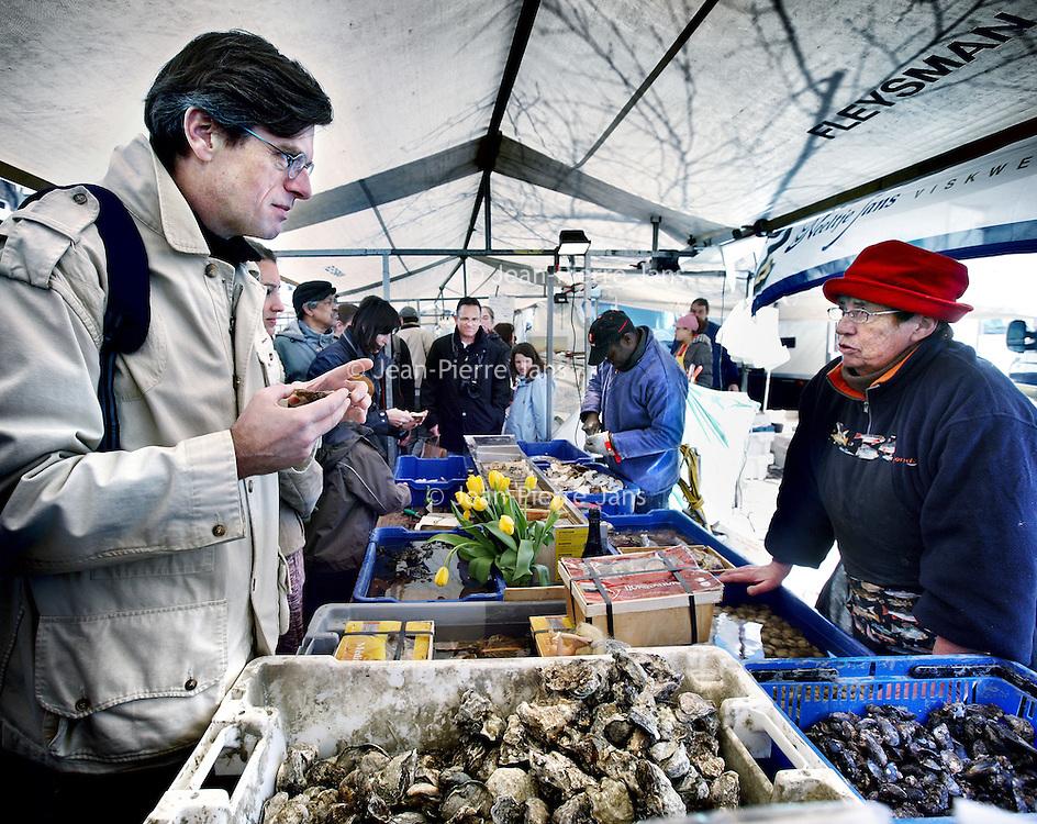 Nederland, Amsterdam , 7 april 2012..Noordermarkt.. Dick Veerman, oprichter van Foodlog in gesprek met de eigenares van een viskraam tijdens de Boerenmarkt op zaterdag..Foto:Jean-Pierre Jans