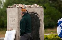 10.07.2015 Jedwabne woj podlaskie Obchody 74 rocznicy mordu na Zydach w Jedwabnem . 10 lipca 1941 roku z rak polskich sasiadow zginelo co najmniej 340 osob narodowosci zydowskiej , ktore zostaly zywcem spalone w stodole . W 2001 r , w 60. rocznice tych wydarzen , zostal odsloniety pomnik , przy ktorym co roku odbywaja sie uroczystosci upamietniajace te zbrodnie n/z modlitwa za pomorodowanych przy pomniku fot Michal Kosc / AGENCJA WSCHOD