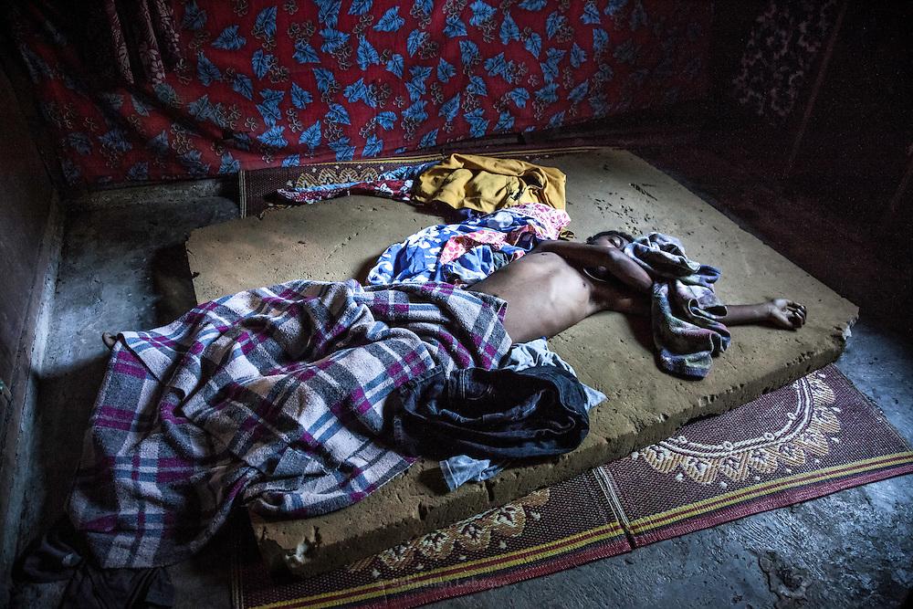 Dans les tribus de la chaine centrale, l'éloignement n'offre pas la possibilité d'accéder rapidement aux centres médicaux. Suite à une maladie, la mort est survenue soudainement. Après avoir donner les vains premiers soins et constater la mort, le père et le grand père ont installé le corps du jeune défunt sur son propre lit. Tribu de Tendo - Hienghene - Nouvelle Calédonie - Aout 2013