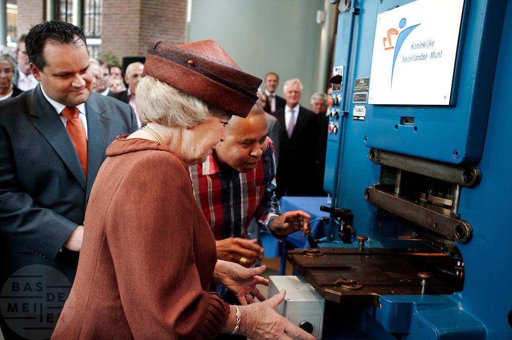 Koningin Beatrix heeft de eerste Slag verricht van de herdenkingsmunt '100 jaar Muntgebouw' bij de Munt in Utrecht. Op de achterzijde van de munt is een QR code, waarmee extra informatie op internet gevonden kan worden. Het is voor het eerst dat een munt met deze techniek is uitgerust.<br /> <br /> Minister Jan Kees de Jager is watching how Queen Beatrix is producing the first coin to celebrate 100 years of the Munt in Utrecht. The coin has a QR-code on one site.