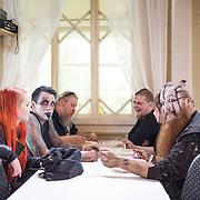 Saarihelvetti-tapahtuma Viikinsaaressa. Fear of Domination -yhtye lataa akkujaan keikan jälkeen yhdessä läheisten kanssa lihapullalautasen ääressä. Vasemmalta: Marianne Viljanen, Kukael, Keijo, Shag-u, Hanna ja Jinx.