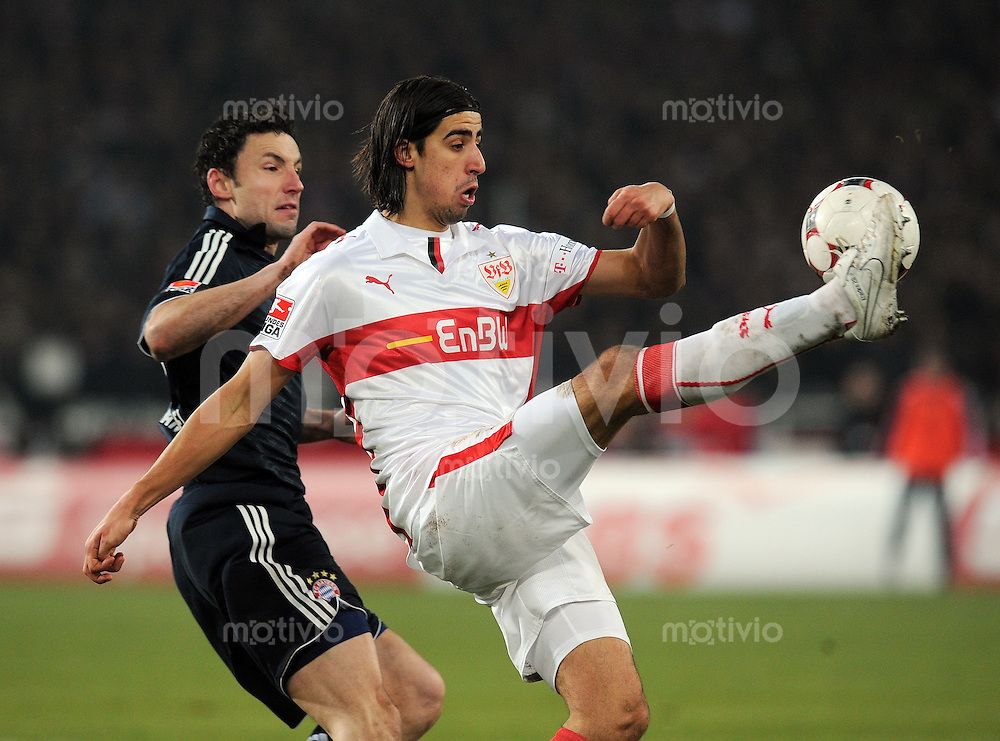 Fussball  1. Bundesliga   Saison 2008/2009   13.12.2008  17.Spieltag VfB Stuttgart - FC Bayern Muenchen Sami Khedira (re, Stuttgart) gegen Mark van Bommel (li, Muenchen)