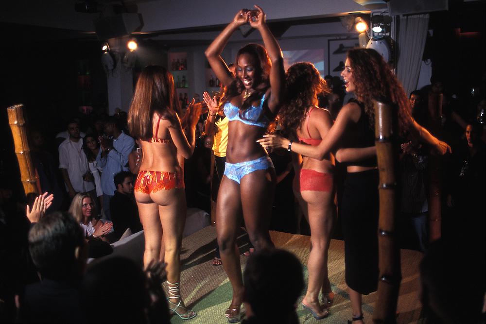 EEUU. Florida. Miami.<br /> Desfile de lencería en una discoteca de South Beach.<br /> <br /> © JOAN COSTA