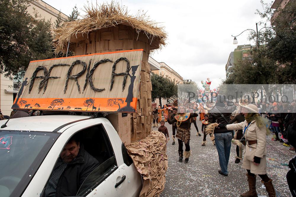 Gruppo in maschera ispirato alle popolazioni africane. Sfilata di carnevale, Gallipoli (LE) 2011...Masked group inspired by the African people. Carnival parade, Gallipoli (LE) 2011.