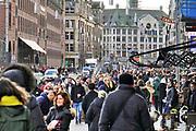 Nederland, the Netherlands, Amsterdam, 5-3-2019 Mensen lopen vanaf het centraal station over het damrak richting de dam . Foto: Flip Franssen