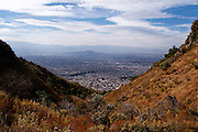 Iztapalapa y la zona oriente de la Ciudad de México son vistos desde lo alto de la Sierra de Santa Catarina. 29 de diciembre de 2009. (Foto: Prometeo Lucero)