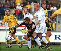 99072136: Lillestrøm-keeper Emile Baron slenger seg etter ballen. Lillestrøm - Haugesund 3-1. 4. runde NM 1999. Cup. Åråsen. 30. juni 1999. (Foto: Peter Tubaas)