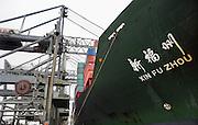 Nederland, Rotterdam, 12-12-2008Op de deltaterminal van ect worden containerschepen door grote hijskranen geladen en gelost. Een chinees schip ligt aan de kade.Foto: Flip Franssen/Hollandse Hoogte