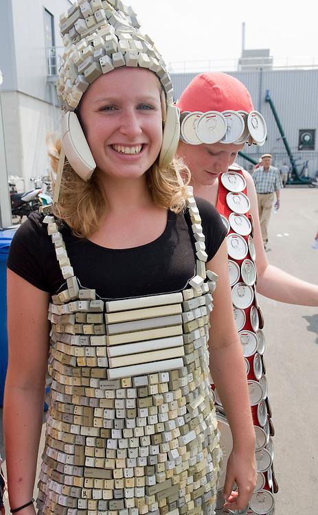 """Nederland, Zwolle, 3 juli 2010.Open dag bij Rova, de afvalinzamelaar van Zwolle en omgeving. .Op de dag luister bij te zetten lopen er 5 meiden rond in kleding gemaakt van """"afval"""": een jurk van voetballen, een pak van oude fietsbanden, een pakje van ritssluitingen, een jurk en hoofddeksel van toetsen van een toetsenbord, een jurk van de bovenkant van drankblikjes..Hier de toestenbordjurk...Foto (c)  Michiel Wijnbergh"""