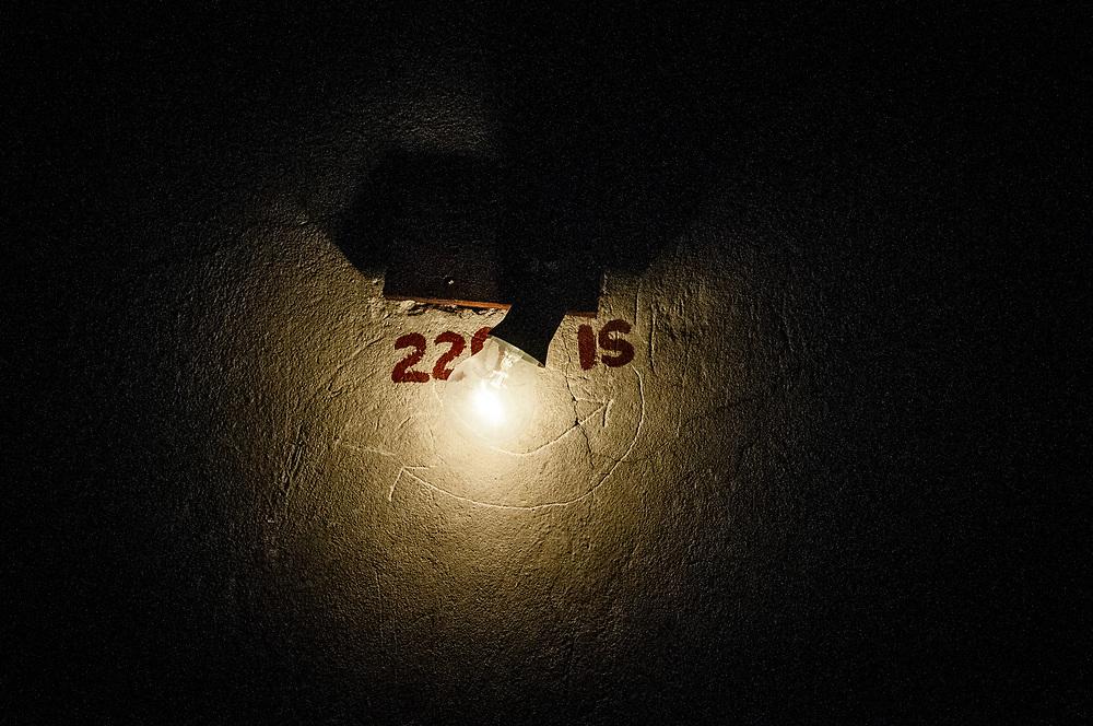 20181028/ Javier Calvelo - adhocFOTOS/ URUGUAY/ MONTEVIDEO/ 18 de Julio - CINEMATECA 18/ Proyecto documental sobre el ultimo mes de funciones en la vieja y tradicional infraestructura de salas de la Cinemateca Uruguaya. Cinemateca Uruguaya es una filmoteca uruguaya con sede en Montevideo, Uruguay, fundada el 21 de abril de 1952. Es una asociación civil sin fines de lucro cuyo objetivo es contribuir al desarrollo de la cultura cinematográfica y artística en general.<br /> Trabajan en esta sala: Eugenia Assanelli y Mónica Gorriarán en boleteria atencion de publico.  Alejandro Lasarga proyeccionista, y tambien en boletería Gustavo Gutiérrez. <br /> En la foto:  Sala de proyecciones en Cinemateca 18. Foto: Javier Calvelo/ adhocFOTOS