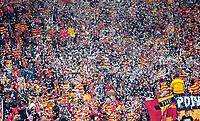 18.10.2014 Bialystok Mecz 12.kolejki T-Mobile Ekstraklasy sezonu 2014/15 pomiedzy Jagiellonia Bialystok ( zolto-czerwone ) a Pogonia Szczecin ( biale ) zakonczony wynikiem 5 : 0. Spotkanie odbylo sie po raz pierwszy na ukonczonym Stadionie Miejskim. Obiekt moze pomiescic 22 tys widzow, kosztowal ok. 250 mln zlotych N/z kibice Jagiellonii fot Michal Kosc / AGENCJA WSCHOD