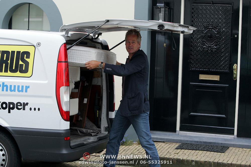 NLD/Naarden/20080814 - Maurits Regenboog en Catherine Keyl gaan uit elkaar, Maurits doet huisraad in een huurbus