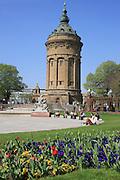 Mannheim. 02.04.14 Wasserturm. Frühlingswetter bei über 24 Grad in der ersten Aprilwoche. Die Mittagspause im Freien geniessen.<br /> - <br /> <br /> Bild: Markus Proßwitz 02APR14 / masterpress / images4.de