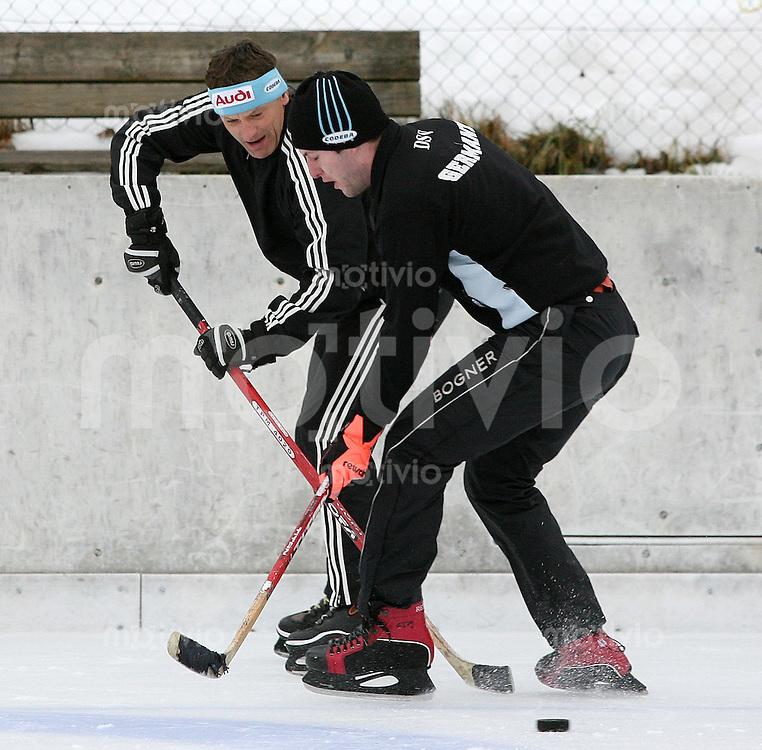 Ski Alpin; Saison 2006/2007  77. Weltcup Abfahrt Herren GER Ski Team spielt Eishockey in Wengen, DSV Alpinchef Wolfgang Maier (li) beim gegen Stephan Keppler