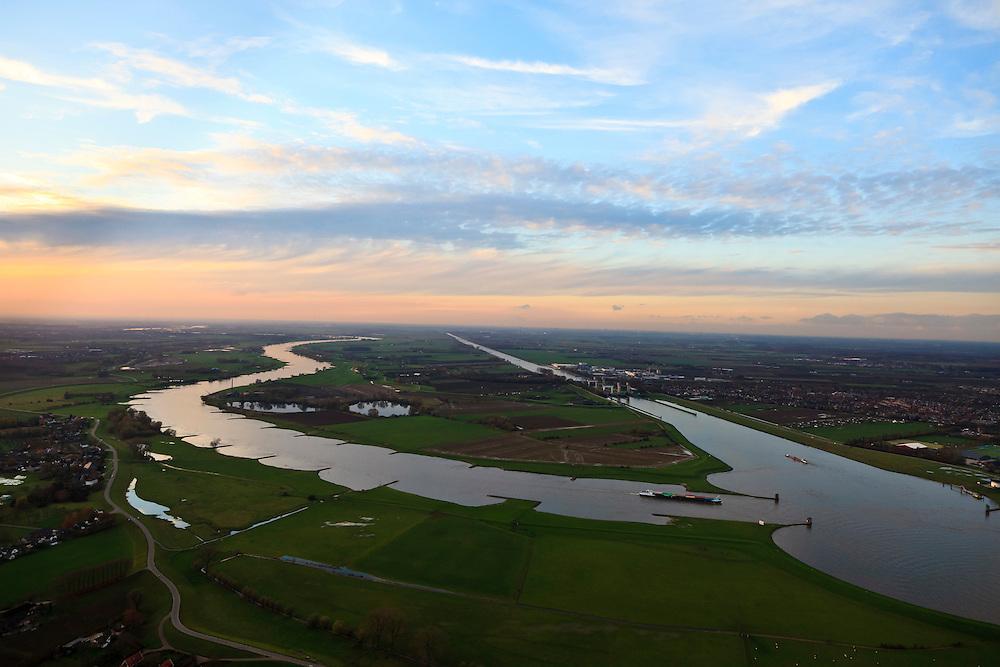 Nederland, Utrecht, Wijk bij Duurstede, 15-11-2010; kruising Amsterdam-Rijnkanaal met zwaaikommen Lek (rechtonder) en Neder-Rijn (naar de horizon). In het kanaal de Prinses Irenesluizen. .. Winding places in the river Lek / Amsterdam-Rijn-canal.  Luchtfoto (toeslag), aerial photo (additional fee required).foto/photo Siebe Swart