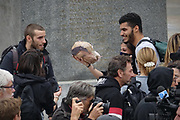 30 settembre 2017  Dopo gli scontri con la polizia, i manifestanti anti G7 hanno piazzato la finta ghigliottina nel centro di Venaria per 'giustiziare' i fantocci del segretario Pd Matteo Renzi e del ministro del Lavoro Giuliano Poletti.