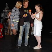 Premiere LOFT, Tooske Breuegem en Bastiaan Ragas krijgen een appel van een acteur