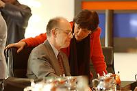 16 JAN 2002, BERLIN/GERMANY:<br /> Walter Riester, SPD, Bundesarbeitsminister, und Ulla Schmidt, SPD, Bundesgesundheitsministerin, im Gespraech, vor Beginn der Kabinettsitzung, Bundeskanzleramt<br /> IMAGE: 20020116-01-010<br /> KEYWORDS: Kabinett, Sitzung, Gespräch