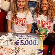 NLD/Hilversum/20141209 - Sky Radio Christmas Tree for Charity 2014, Fatima Moreiro de Melo en  Fajah Lourens winnen de 2e prijs voor Right To Play UK