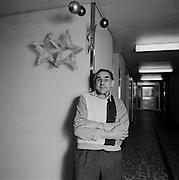 Heimbewohner in Pflegeheim um Weihnachten; résident dans home pour personnes âgées, Noël 2003; resident in home for elderly people, christmas 2003. © Romano P. Riedo