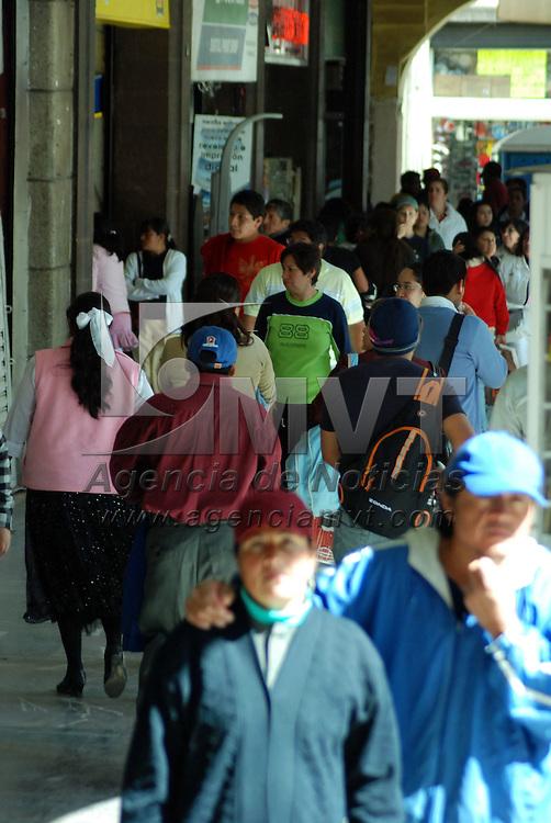 Toluca, Mex.- En el centro de la capital del Estado, la gente realiza las compras para los regalos de esta navidad que van desde ropa hasta unas alhajas. Agencia MVT / José Hernández. (DIGITAL)<br /> <br /> NO ARCHIVAR - NO ARCHIVE