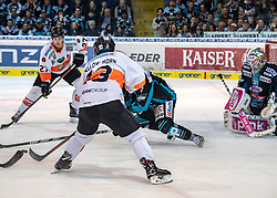24.03.2019, Keine Sorgen Eisarena, Linz, AUT, EBEL, EHC Liwest Black Wings Linz vs Moser Medical Graz 99ers, Viertelfinale, 6. Spiel, im Bild v.l. Ty Loney (Moser Medical Graz 99ers), Colton Yellow-Horn (Moser Medical Graz 99ers), Aaron Brocklehurst (EHC Liwest Black Wings Linz), Tormann David Kickert (EHC Liwest Black Wings Linz) // during the Erste Bank Icehockey 6th quarterfinal match between EHC Liwest Black Wings Linz and Moser Medical Graz 99ers at the Keine Sorgen Eisarena in Linz, Austria on 2019/03/24. EXPA Pictures © 2019, PhotoCredit: EXPA/ Reinhard Eisenbauer