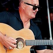 Uitmarkt 1999 Weekendcafe, Jan Akkerman spelend op zijn gitaar