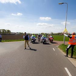 2-05-2015: Wielrennen: Ronde van Overijssel mannen: Rijssen  <br />RIJSSEN (NED) wielrennen:  De 63e ronde van Overijssel heeft als zwaarte punt de heuveltjes rond Ootmarsum en de Sallandse heuvelrug. Net als in de ronde van Vlaanderen kent men in Overijssel het dorp van de ronde. In 2015 is de eer aan Markelo. <br />De koers wacht op niemand maar de voor de NS wordt een uitzondering gemaakt als ze optijd zijn