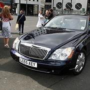 NLD/Amsterdam/20070623 - Inloop Amsterdamdiner 2007, auto Monique Heijn - Everwijn Lange, verlengde Maybach met Engels kenteken