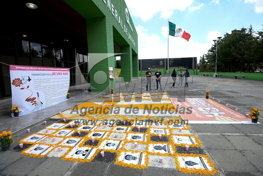 Toluca, México (Octubre 31, 2016).- Integrantes del PRD instalaron una ofrenda en honor a las 215 mujeres muertas y desaparecidas en el Estado de México en la explanada de la Procuraduría General de Justicia del Estado de México.  Agencia MVT / Crisanta Espinosa