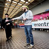 Nederland, Amsterdam , 1 september 2014.<br /> Actie tijdens opening van het Academisch jaar in de Vu<br /> Manifest opgesteld door de Abvakabo FNV, CNV Publieke Zaak, VAWO, Titanic, H.NU en de Verontruste VU' ers.<br /> manifestatie voorafgaand aan de opening van het academisch jaar.<br /> Vind je dat de VU een universiteit is en geen vastgoedontwikkelaar? Heb je ook je buik vol van het monomane bestuur? Wil je als student of medewerker graag serieus genomen worden door CvB en directeuren? Wil je over hun benoeming iets te zeggen hebben? Kom dan naar de manifestatie <br /> Op de foto: de toegang tot de aula waar het academisch jaar geopend zal worden is versperd door demonstranten. hoogleraren krijgen pamfletten aangereikt.<br /> <br /> Foto:Jean-Pierre Jans
