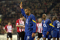 Fotball<br /> Foto: SBI/Digitalsport<br /> NORWAY ONLY<br /> <br /> UEFA Champions league.<br /> PSV Eindhoven v Arsenal<br /> 24/11/2004.<br /> <br /> Thierry Henry picks a cirgerette lighter thrown onto the pitch.