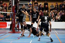 29-01-2013 VOLLEYBAL: BEKER TILBURG STV - ABIANT LYCURGUS 2 : TILBURG <br /> Ryan Anselma probeert de bal in het spel te houden, Bart van Garderen, Maarten Leune en Martijn van Eerd kijken toe.<br /> ©2012-FotoHoogendoorn.nl / Pim Waslander