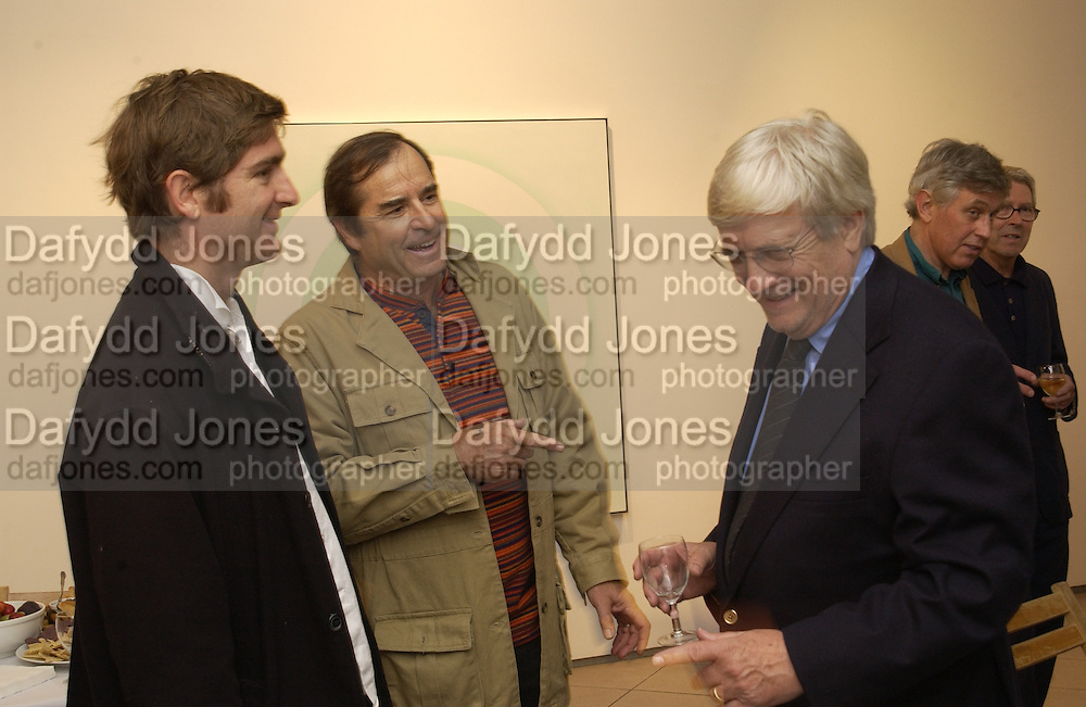 Marcel theroux, Paul theroux and Kenneth Noland. Kenneth Nolan private view at Bernard Jacobson Gallery. London. 4 October 2001. © Copyright Photograph by Dafydd Jones 66 Stockwell Park Rd. London SW9 0DA Tel 020 7733 0108 www.dafjones.com