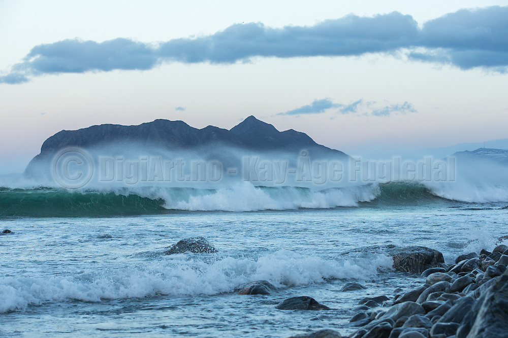 Strong wind and big waves at Flø, Norway. The island Godøya in the background   Sterk vind og store bølger på Flø, Norge. Godøya i bakgrunnen.