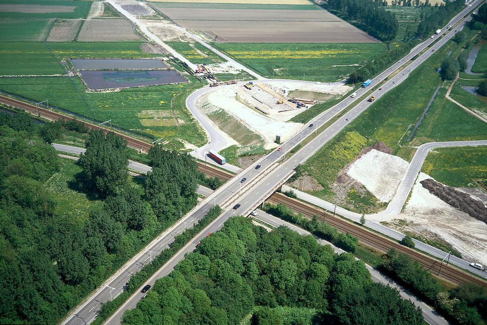 Nederland, Rotterdam, Zestienhoven, 17/05/2002; aanleg HSL: trace komt uit kassengebied bij Berkel en Rodenrijs (linksboven), zal zowel de Doenkade (autosnelweg, diagonaal) als ook de Hofpleinlijn onderlangs kruisen (spoorlijn Den Haag - Rotterdam); daarna vervolg via grondgebied van vliegveld Zestienhoven (rechtsonder) naar Rotterdam CS; verkeer en vervoer, infrastructuur, bouwen, spoor, rail, TGV planologie ruimtelijke ordening, landschap;<br /> luchtfoto (toeslag), aerial photo (additional fee)<br /> foto /photo Siebe Swart