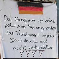 18.05.2020, Ortanfang Weiler, Weiler-Simmerberg, GER, , ein Anwohner hat einige Protestschilder, die bei den derzeitigen Corona-Protesten verwendet werden, am Strassenrand aufgestellt.<br /> im Bild Protestschild mit Bezug auf Grundgesetz<br /> <br /> Foto © nordphoto / Hafner