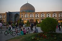Iran, Isfahan, 28.08.2016: Abendstimmung auf dem Platz Maydan-e Naqsh-e Jahan, Meydan-e Imam. Provinz Isfahan, Esfahan, Zentral-Iran.