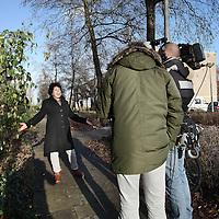 Nederland, Amsterdam , 2 januari 2015.<br /> <br /> Een kleine winnares vd Postcodeloterij die nog niet weet wat ze heeft overgehouden aan prijzengeld wordt door de pers geintervieuwd in de Steenderenstraat.<br /> Foto:Jean-Pierre Jans