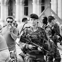vendredi 5 aout 2016, 18h13, Paris Ier. Patrouille de militaires du 2ème Régiment du Matériel dans la cours Napoléon et devant la pyramide du Louvre.
