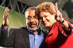 A candidata presidencial pelo Partido dos Trabalhadores (PT), Dilma Rousseff e o candidato ao senado, Paulo Paim durante um comício em Porto Alegre, sul do Brasil em 24 de setembro de 2010. Dilma Rousseff vai à frente com 51 por cento da intenção de voto para o 03 de outubro eleição presidencial. FOTO: Jefferson Bernardes/Preview.com