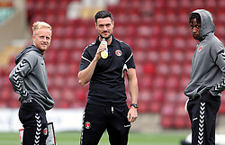 Charlton Athletic's Ben Reeves (left), assistant manager Johnnie Jackson (centre) and Joe Aribo before the game