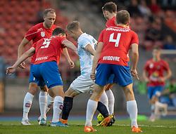 Jeppe Kjær (FC Helsingør) omgivet af fire Hvidovre-spillere under kampen i 1. Division mellem Hvidovre IF og FC Helsingør den 15. september 2020 på Pro Ventilation Arena, Hvidovre Stadion (Foto: Claus Birch).
