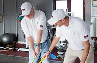 ZANDVOORT - De blinde golfer, Ronald Boef, wordt getraind door Joost Steenkamer en Kevin Michaels, met de MOT golftechniek.
