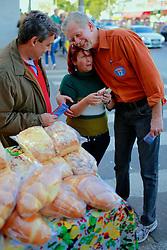José Fortunati e Sebastião Melo durante caminhada no comércio da Av. Assis Brasil, em Porto Alegre. FOTO: Jefferson Bernardes/Preview.com