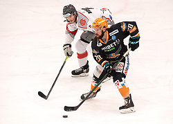 03.01.2021, Keine Sorgen Eisarena, Linz, AUT, ICE, Black Wings 1992 vs iClinic Bratislava Capitals, im Bild v.l. Lukas Bohunicky (iClinic Bratislava Capitals), Will Pelletier (Steinbach Black Wings 1992) // during the bet-at-home ICE Hockey League match between Black Wings 1992 and iClinic Bratislava Capitals at the Keine Sorgen Eisarena in Linz, Austria on 2021/01/03. EXPA Pictures © 2020, PhotoCredit: EXPA/ Reinhard Eisenbauer