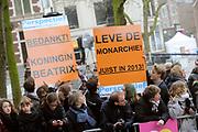 Viering 300 jaar Vrede van Utrecht  in de Domkerk.<br /> <br /> Celebrating 300 years in the Peace of Utrecht in the Dom Church.<br /> <br /> Op de foto:  Voorstanders van de monarchie<br /> <br /> Proponents of the monarchy