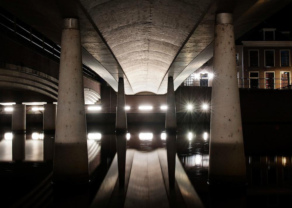 Nederland, Amersfoort, 16  jan 2012.Spoorviaduct weerspiegelt in  de rivier Eem..Foto (c): Michiel Wijnbergh