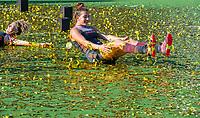 ANTWERPEN - Europees kampioen. Frederique Matla (Ned) tussen de gouden confetti.  Het Nederlands team na de winst   na   de   finale  dames  Nederland-Duitsland  (2-0) bij het Europees kampioenschap hockey.  links Maria Verschoor (Ned)  COPYRIGHT  KOEN SUYK