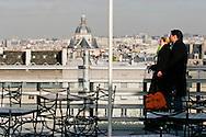 Parigi: Una coppia sul terrazzo dell'istituto del Mondo Arabo